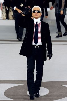 Lagerfeld in all his glory, gloves and all =)