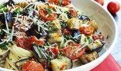 Ποιος μπορεί να αντισταθεί σε μια τόσο γευστική μακαρονάδα; Τα ψητά εποχιακά λαχανικά της δίνουν πλούσια γεύση και όμορφη εμφάνιση. Μια πολύ νόστιμη, γρήγορη και υγιεινή λύση για βραδινό.