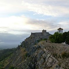 "The castle of Marvão, in the Alentejo region, is a true ""eagle's nest"" and offers breathtaking view of the surrounding plane.  *viajarporquesim.blogs.sapo.pt  #travelblog #travelgram #travelling #travel #bloguedeviagens #viajar #viagens #nofilter #travelblog #portugal #marvao #alentejo #marvaocastle #castelodemarvao  [link in bio]"