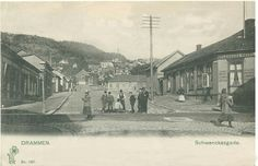 Schwenckegaten i Drammen 1903 Interessen for å sende postkort eksploderte i Norge på begynnelsen av 1900-tallet. Frem til 1905 var det ikke lov å skrive annet enn adressatens adresse på baksiden av kortet, og enhver hilsen måtte stå på kortets forside P.Alstrup