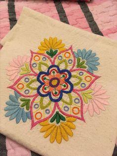 Mandala bordado a mano Hand Embroidery Videos, Embroidery Flowers Pattern, Hand Embroidery Designs, Embroidery Techniques, Ribbon Embroidery, Cross Stitch Embroidery, Embroidery Patterns, Cushion Embroidery, Bordado Floral