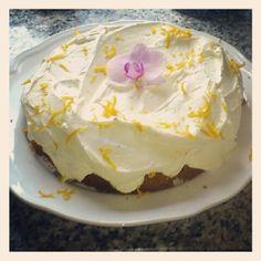 Jasmin Haraldsens saftige gulrotkake med kremost-frosting Sweet Recipes, Frosting, Sweet Treats, Food And Drink, Pudding, Sweets, Baking, Desserts, Cakes