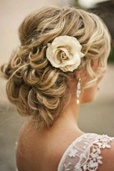 Un chongo sencillo de cabello rizado con un poco de crepe