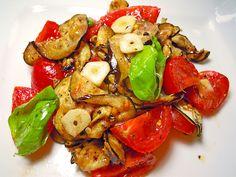 500 g Tomate(n), am besten Eiertomaten oder auch Kirschtomaten 1  Aubergine(n) 4 Zehe/n Knoblauch 4 EL Olivenöl, extra nativ   Pfeffer   Salz   Basilikum, frische Blätter   Oregano