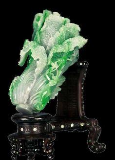"""玉特殊和独有的品质早就根植在崇玉、爱玉的国人心中,玉代表了美好、尊贵、坚贞和不朽。""""谦谦君子,温润如玉""""在拥有玉的同时,也陶冶了自己的情操,净化了自己的心灵。 Gaia, Chinese Arts And Crafts, Lapis Lazuli, Craft Museum, Clock Art, Jade Dragon, Dragon Pendant, Jade Jewelry, Hand Art"""