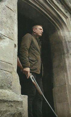 Huntin' & Shootin' [at Bad Guys] - Daniel Craig as James Bond & his Anderson Wheeler Nitro Express Double Rifle in 'Skyfall' [Sam Mendes] Daniel Craig James Bond, Daniel Craig Style, Craig Bond, Casino Royale, Rachel Weisz, Style James Bond, Daniel Graig, Masculine Style, Man Up