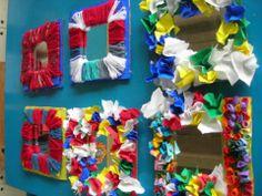 Spiegeltje knutselen voor mama (zijkant is stukje karton waarrond wol gedraaid is, waarin stukjes stof zijn geprikt of waarop gedraaide reepjes papier zijn gekleefd)