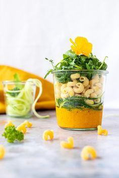 Dieser low carb Nudelsalat im Glas mit Paprika-Marillen (=Aprikosen) Pesto ist die perfekte Mahlzeit für warme Tage. Eingepackt für unterwegs, den Badesee, das Büro oder die Wanderung bleibt der vegane und vollwertige Salat lange frisch und knackig.   #salat #lowcarb #gesund #salatimglas #togo #fürunterwegs #rezept #familienrezepte #gesunderezepte #aprikosen #paprika #pesto #nudelsalat Paprika Pesto, Pesto Vegan, Low Carb Meal, Moscow Mule Mugs, Food Styling, Food Photography, Pasta, Tableware, Kitchen