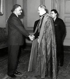 الزعيم جمال عبد الناصر يصافح سفير الفاتيكان بالقاهرة