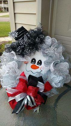 Super Fun DIY Christmas Decorations Ideas for Home – Mesh Wreath Christmas Decorations For Kids, Christmas Mesh Wreaths, Noel Christmas, Christmas Ornaments, Santa Wreath, Snowman Wreath, Snowman Hat, Winter Wreaths, Diy Wreath