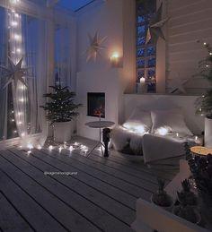 Drewniana podłoga i kominek w białym salonie - Lovingit.pl