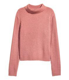 Gammelrosa. En ribbestrikket genser i myk kvalitet. Genseren er en noe videre modell og har ribbet halvpolo. Lange ermer.