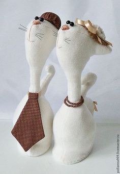 Купить или заказать Мадам и месье Кларет в интернет-магазине на Ярмарке Мастеров. Замечательная парочка кошечек порадует ваших близких и родных. Котик как настоящий мужчина одел галстук и шляпу, кошечка украсила себя для любимого. Котики сшиты из флиса,украшение - хлопок.Можно подарить на свадьбу, годовщину , на День Влюбленных. Размер…