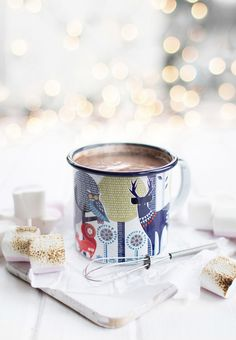 Hot chocolate and marshmallows. It's Christmas time and winter. Christmas Coffee, Christmas Mood, Noel Christmas, Milk Shakes, Coffee Cafe, My Coffee, Coffee Shop, Chocolates, Cocoa