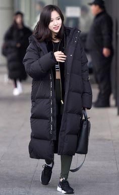 Korean Winter Outfits, Korean Fashion Winter, Korean Outfits, Japan Outfit Winter, Long Black Puffer Coat, Korea Street Style, Streetwear Jackets, Moda Outfits, Casual Outfits