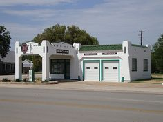 One day, Cameron's garage will be this clean :-). Old Sinclair Gas Station (Albany, Texas) Drive In, Old Gas Pumps, Vintage Gas Pumps, Art Deco Buildings, Old Buildings, Chevron Gas, Pompe A Essence, Route 66 Road Trip, Gas Service