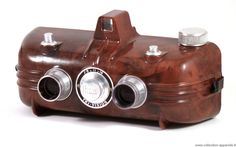 Irwin Lark 'sardine can', 1940 If you are into vintage cameras, Collection Appareils is a fascinating online archive that showcases more. Stereo Camera, Movie Camera, Camera Gear, Antique Cameras, Old Cameras, Vintage Cameras, Radios, Radio Antigua, Photo Deco