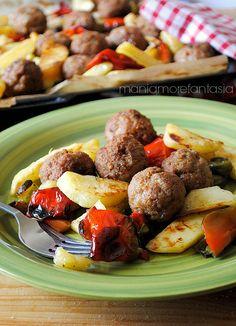 Polpette di carne al forno con peperoni e patate