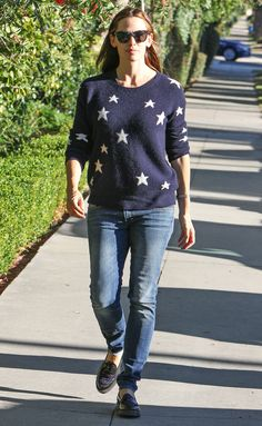 The easiest way to look out of this world? These stylish celebrities know: Add a little twinkle! Jennifer Garner Style, Black Dress Red Carpet, Popular Actresses, Fashion Gallery, Star Fashion, Pretty Woman, Street Style, Pearl Harbor, T Shirts For Women