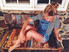 Denim romper and striped top, latest fashion trends. Salopette Short, Alternative Rock, Summer Outfits, Cute Outfits, Grunge, Denim Romper, Denim Overalls, Dungarees, Vogue