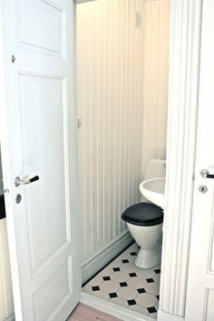 fru N och villa Någorlunda: victorian tiles på liten toilette