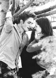 Edward and Bella. In twilight. Edward Bella, Edward Cullen, Twilight Bella Und Edward, Twilight Film, Twilight Scenes, Twilight Saga Quotes, Twilight Saga Series, Twilight New Moon, Twilight 2008