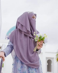 Image may contain: one or more people and people standing Beautiful Muslim Women, Beautiful Hijab, Hijab Dress, Hijab Outfit, Islamic Fashion, Muslim Fashion, Niqab Fashion, Islamic Girl, Evening Dresses For Weddings