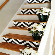 La mode déco graphique touche aussi les escaliers intérieur comme le montre ces motifs chevrons noirs et blancs peints.