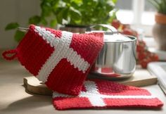 Den gode, danske mad bliver håndteret med flotte, hæklede grydelapper i form af dannebrogsflag