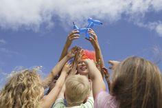 Learn How to Make Balloon Animals With These Illustrated Tutorials Balloon Hat, Balloon Pump, Balloon Flowers, Balloon Crafts, Balloon Ideas, Easy Balloon Animals, Animal Balloons, Kids Online, Online Art
