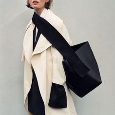 Céline – – Frauen Taschen – Join the world of pin Fashion Bags, Fashion Outfits, Womens Fashion, Fashion Trends, Fashion Fashion, Celine, Tote Bags, Phoebe Philo, Inspiration Mode