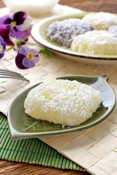 Pichi Pichi Recipe: Pichi pichi is a Filipino dessert made basically from just 3 ingredients: cassava, water, and sugar. It is steamed and becomes glutinous. Once it is cooked and cooled it is rolled in grated coconut or grated cheese. The Pichi Pichi I Filipino Dishes, Filipino Desserts, Asian Desserts, Filipino Recipes, Cuban Recipes, Bibingka Recipe, Cassava Recipe, Cassava Cake, Pichi Pichi Recipe