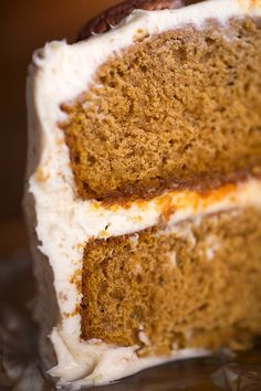 Spiced Pumpkin Velvet Cake with Vanilla-Toasted Pecan Cream Cheese Frosting Recipe ~ perfect decadent dessert! Food Cakes, Cupcake Cakes, Köstliche Desserts, Delicious Desserts, Dessert Recipes, Velvet Cake, Velvet Cupcakes, Red Velvet, Pumpkin Recipes