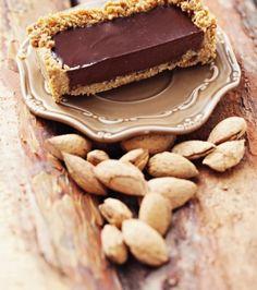 Τάρτα με γέμιση από γκανάζ σοκολάτας και βάση από μπισκότο βουτύρου | Γιάννης Λουκάκος