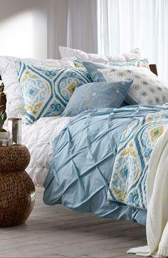 Com uma cama dessa quem é que vai querer sair da cama? A colcha azul é simplesmente incrível!