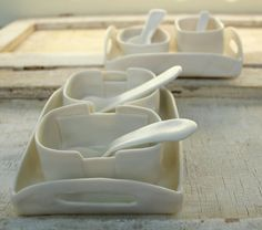 little porcelain tray with fun serving dishes and spoons for salt or pepper or mustard or home made mayonnaise o Farmhouse Serving Trays, Serving Tray Wood, Serving Dishes, White Wooden Tray, Shabby Chic Tray, How To Make Mayonnaise, Pottery Designs, Pottery Ideas, Hand Built Pottery