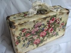 I kinda like how this looks. Vintage Suitcase Decor, Decoupage Suitcase, Vintage Trunks, Decoupage Furniture, Decoupage Box, Decoupage Vintage, Vintage Crafts, Upcycled Vintage, Painted Furniture