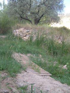 Pasarela para pasar el río Escuriza en la Solana, que este verano estaba seco