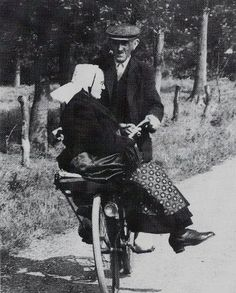 Lovely Vintage Photos of Couples Riding a Bicycle Old Pictures, Old Photos, Velo Vintage, Growing Old Together, Old Couples, Photo Vintage, Old Love, Young At Heart, Jolie Photo