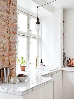 Rustikk mursteinsvegg på kjøkkenet