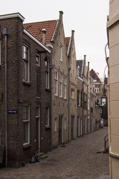 https://flic.kr/p/jjG3Fn | Belgracht, hoek Belsteeg, Dordrecht | Een heel oud stukje Dordrecht. De gracht is al lang verdwenen. Mooi gerestaureerd! Linksaf ga je de Belsteeg in. 20 meter verder sta je in de Kleine Spuistraat.