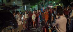 """""""Wirathu"""" und sein Gefolge verlassen eine anti-muslimische Predigt vor Hunderten von Anhängern, nur vier Häuserblocks von der """"Dhamma Tharlar Hall"""" (Mandalay)"""
