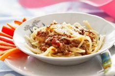 Krämig köttfärsgratäng med spaghetti och osttäcke - Recept - Tasteline.com Bolognese, Spaghetti, Gluten Free, Cooking, Ethnic Recipes, Dairy, Food, Ska, Glutenfree