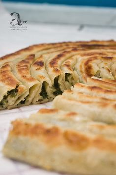 Byrek is a salted pie wich made of cheese,spinach, tomato, meat etc Albanian Recipes, Baking Bad, Food Experiments, Good Food, Yummy Food, Romanian Food, Sunday Brunch, International Recipes, Feta