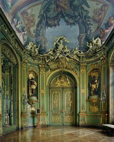 Inside the Palace of Fontainebleau, located 55 kilometres from the centre of Paris, is one of the largest French royal châteaux. It dated back to the 16th century