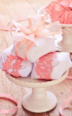 Os delicados e fofíssimos bem-casados da Piece of Cake fazem o maior sucesso! Com diversos modelos de embalagem, os noivos podem escolher a que mais combina com o casamento. Veja mais: http://yeswedding.com.br/pt/antena-yes/post/a-imagem-mais-gostosa-do-casamento