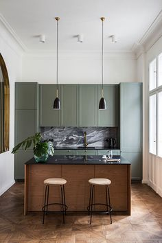 This apartment is located in the center of Warsaw in a 1912 house. The building is recognized as an architectural monument, so the owners ✌Pufikhomes - source of home inspiration Kitchen Room Design, Modern Kitchen Design, Home Decor Kitchen, Interior Design Kitchen, Home Kitchens, Green Kitchen, New Kitchen, Apartment Interior, Apartment Design