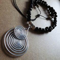 colar com pingente em fio de alumínio com cordão com sementes de açaí pretas e brancas