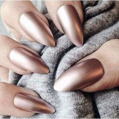 Metallic nails, aka chrome nails, are a trend that will make your nails look chic and classy. Check out our suggestions for achieving trendy nails this season. Almond Shape Nails, Almond Nails, Nails Shape, Gorgeous Nails, Pretty Nails, Crome Nails, Golden Nails, Spring Nail Colors, Spring Nails