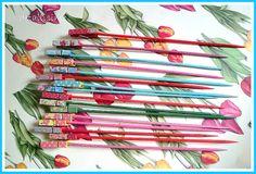 Palillos de madera (20 centímetros) de colores con pinzas decoradas. Ideales para brochetas dulces o saladas. Fiestas y celebraciones pedidos: ettura@yahoo.es